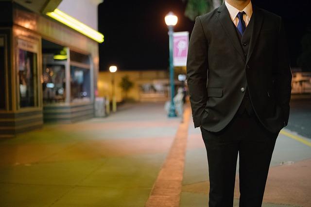 muž v obleku na ulici