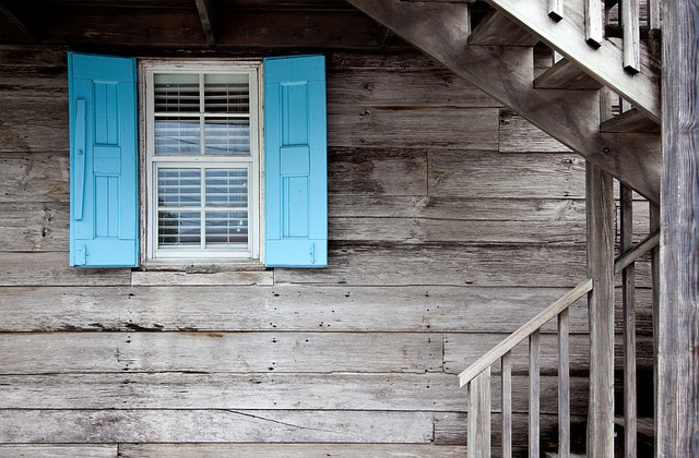 Okno starého domu